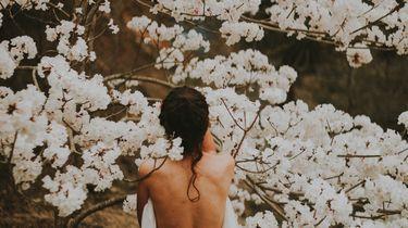 meisje onder bloemenboom