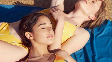 twee meisjes in bikini op strand