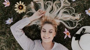 vrouw ligt in gras te dromen